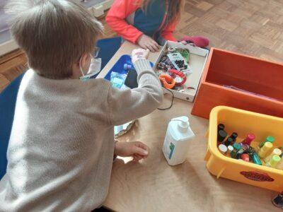 Kinder mit Nagellack und Schminke