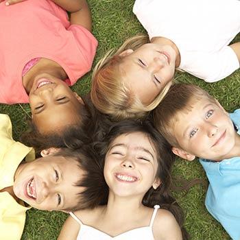Kinder liegen entspannt nebeneinander