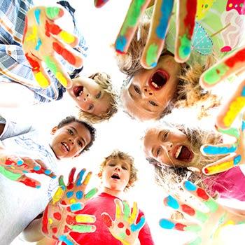Kinder haben die Hände bunt bemalt