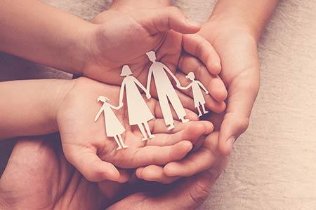 Hände der Familie halten zusammen