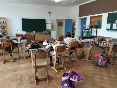 Kinder machen Hausaufgaben im Hort