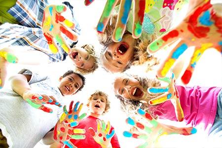 Kindergartenkinder haben bemalte Hände