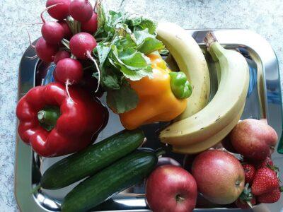 Teller voll Gemüse und Obst