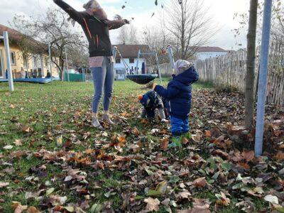 Krippe: Im Laub mit den Blättern spielen