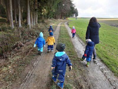 Krippenkinder draußen unterwegs