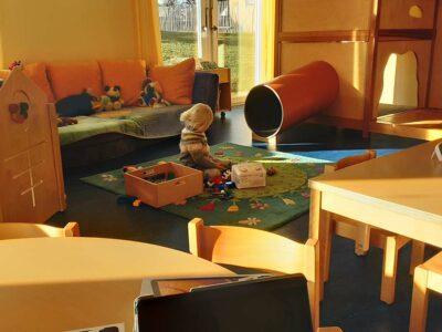 Krippe: Kind spielt im Gruppenraum