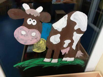 Krippe: gemalte Kuh
